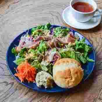 こちらは「季節サラダと丸パンのプレート」。ヘルシーなメニューをチョイスしてもボリュームがあるのがうれしいですね。お皿いっぱいに彩り豊かな野菜が乗ったプレートは目でも楽しめます。