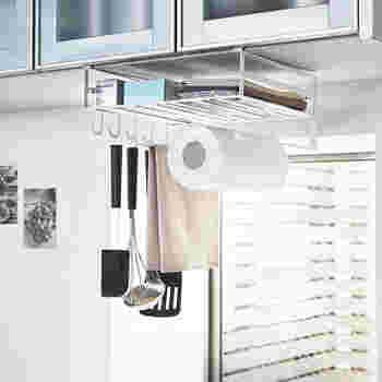 吊戸棚の下に差し込むだけで、キッチンツールをかけて収納できるフックやキッチンペーパーストッカーまでセットされた収納スペースが出現。キッチンの周りに物を置いてしまいがちという方に、おすすめの収納アイテムです。