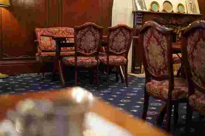 洋室で、ピカピカとしたフローリングが気になるという方は、絨毯をひきませんか。  お部屋の木彫家具をひきたてる、青などの深い色がおすすめ。ペルシャ風やゴブラン織りなどの模様は、アンティーク家具の雰囲気と相性がいいですよ。
