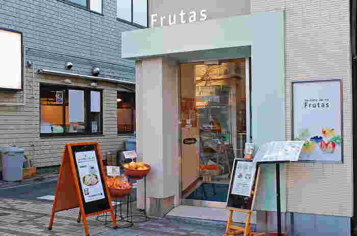 「フルーツカフェ フルータス」は門前仲町駅から徒歩3分ほど。下町情緒溢れる町の、アットホームなカフェです。