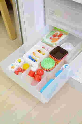 ピックは種類ごとに分けて収納しておくと、食材によってチョイスしやすくなりますね。マヨネーズとケチャップケースは、斜めに配置することで、引き上げやすくなっています。