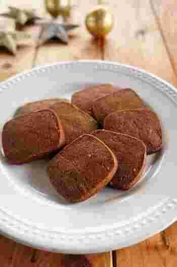 カフェラテと一緒に食べるなら、少しビターなクッキーもよく合います。こちらはおろししょうがとはちみつを練り込んだジンジャークッキー。甘さを控えめにした方がココアの風味もよく引き立ち、まろやかなカフェオレとの組み合わせでより美味しく味わえますよ。