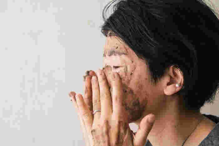 お肌に優しく伸ばして数分置くと、クレイが汚れを吸着し、ミネラル成分が浸透。肌が明るくなるのを実感できるはずです。