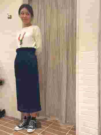 定番のロングスカートもタイトなものなら、ぐっとトレンド感あふれるスタイルに。フィットするカットソーを選べば、縦のラインが強調されてすらりと見せることができます。