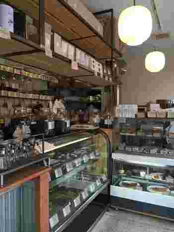 店内には、焙煎豆の販売専門店らしく、コーヒー豆がずらっと並んでいます。