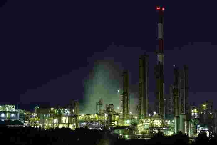 兵庫県姫路市網干エリアにあるダイセル化学網干工場は、播磨臨海工業地帯の中でも人気のある工場の一つです。天を突くように真っすぐ伸びる無数の煙突、光り輝くプラントが織りなす景色は、思わずカメラに収めたくなるほどの美しさです。