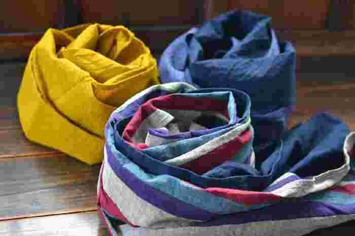 会津木綿は400年以上の歴史を誇り、夏は暑く冬は寒い、そんな厳しい盆地気候で育まれた日本特有の個性を持つ木綿布です。夏涼しく冬暖かい綿生地として地元の人々に愛されて続けてきた会津木綿。その用途は、主に野良着・・・つまり日常着です。派手さはないものの丈夫で堅牢、それが会津木綿の特徴です。