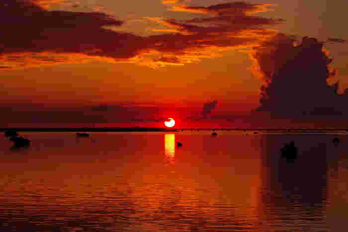 佐和田の浜は、夕陽の名所としても有名です。沈みゆく太陽、赤く染まった雲、夕陽を映し出す海が織りなす幻想的な景色は、まるで一枚の絵画のようです。