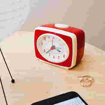 細長く味のある文字盤がユニークで、レトロな雰囲気たっぷりの目覚まし時計です。針は夜光塗料付きで暗いところでも視認性が高いです。前からずっとそこにあったように、自然にベッドサイドに馴染んでくれるでしょう。