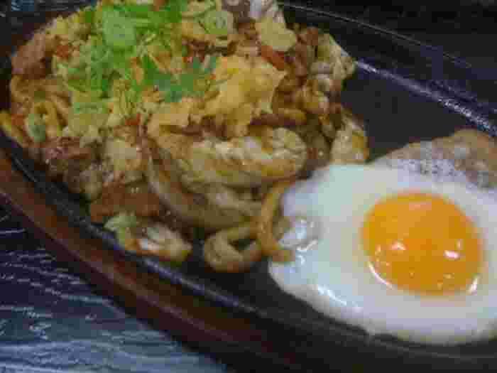 資さんは、とにかくメニューが豊富。丼物も非常に人気がありますし、おでんやカレーもあります。焼うどんもとてもおいしいです。