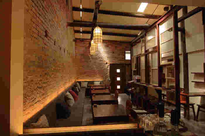 ちなみに、カフェの雰囲気はこんな感じ。木やレンガをふんだんに使用した、温かみのある落ち着いた空間となっています。宿泊者はこちらのカフェで朝食をいただけるそうですよ。