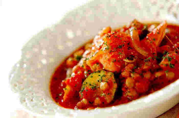 「カスレ」は、フランス南西部の伝統的な豆料理。豚肉のソーセージや白いんげん豆を煮込んだものです。こちらは、レンズ豆を使ってアレンジした、おしゃれなカスレ風。とても華やかですね。