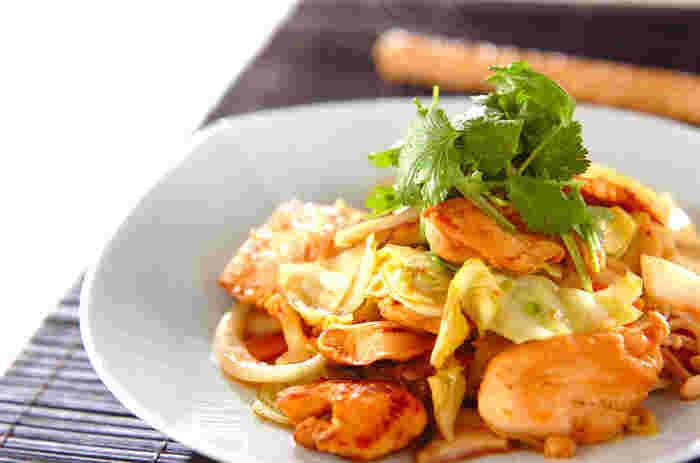 味噌×豆板醤をメインにした味付けで、コクのある味わいを楽しめる一品に。ニンジン・たまねぎ・きのこ類を加えることで、ボリュームたっぷりに仕上げています。 仕上げにパクチーを添えて、見た目の完成度と風味がアップ。たっぷりお野菜をいただけるのも嬉しいポイントです。