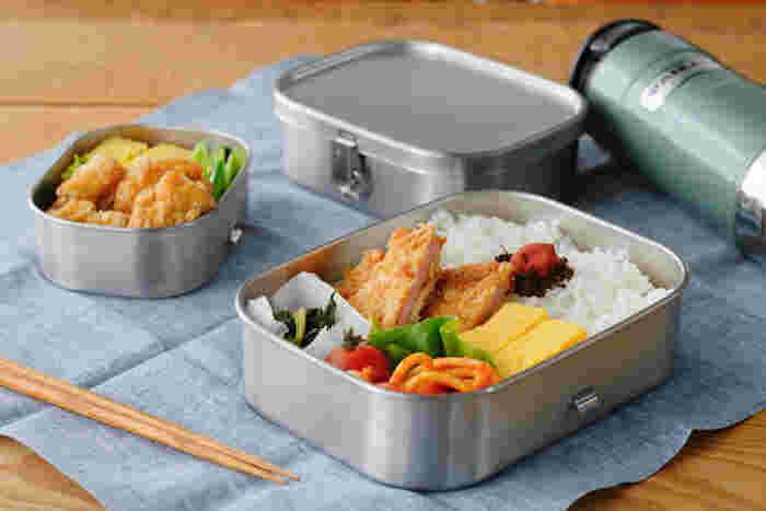 ステンレス製のスタンダードなお弁当箱は艶消し仕上げで落ち着いた印象。パッキンもついていて、汁漏れの心配もありません。
