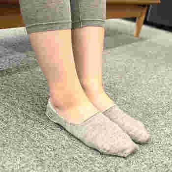 素材の温もりはもちろん、靴を履いているときのズレや、脱げてしまうのを防ぐ仕立てになっています。