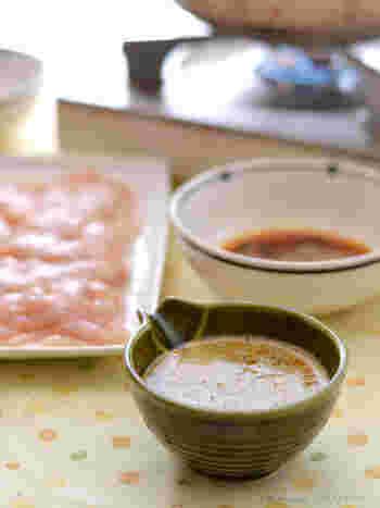 千切りキャベツと鶏胸肉のしゃぶしゃぶに合う玉子醤油のつけダレ。 玉子の後を引く甘さが、あっさりした胸肉や色んな野菜を美味しく引き立ててくれそうです。