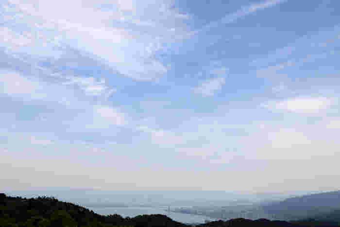標高848メートルに位置する比叡山の山全域が境内となっている延暦寺は、日本最大の面積を誇る琵琶湖を一望することができます。延暦寺は、恰好の琵琶湖眺望スポットでもあります。