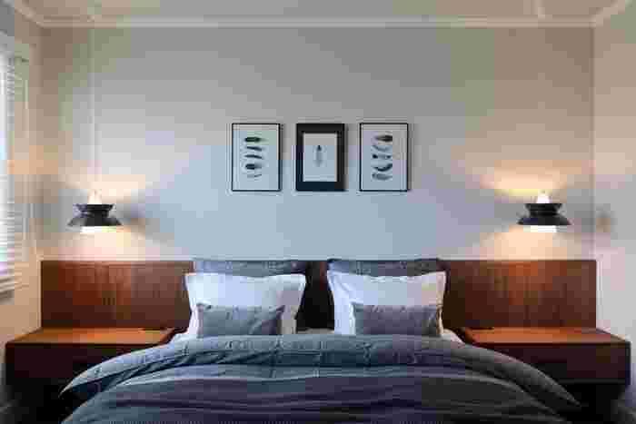 寝室の照明は落ち着きのある雰囲気を大切にして、いくつかの間接照明を設置するのがおすすめ。光のグラデーションがあると、疲れた脳と体がじんわりと癒されていきます。