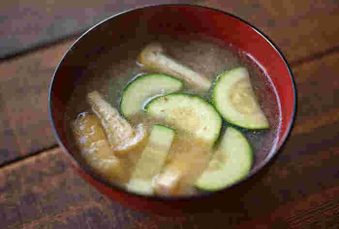 和食の食材としても実は良く合うズッキーニは、味噌汁にも◎ はじめに油揚げとズッキーニを油で軽く炒めることで、色付きがきれいになり、味わいも良くなります。