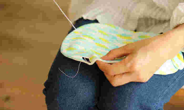 手縫いは大変と思われがちですが、少しずつ時間をかけて縫っていけば思いのほかラクに縫い上げることができるんです。実はミシンを出す手間の方が大変という人も多いもの。さっとはじめて、さっと終わらせることができる手縫いは、案外身近なものなんですよ!