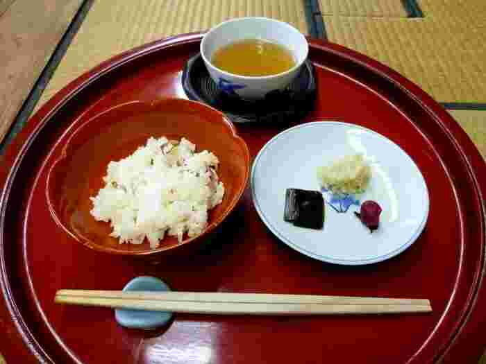 三光院で食べられる精進料理は、天皇家の皇女様のために室町時代から受け継がれています。そのため、控えめでありながら、どこか華やかさも兼ね備えている美しい精進料理がいただけます。