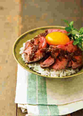牛もも肉の塊でローストビーフを作るところから始まる本格レシピ!ご飯は混ぜるだけでできるジンジャーライスです。盛りつけもおしゃれに楽しんでみてくださいね。