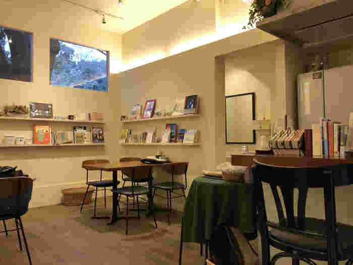 コーヒーだけでなく、ケーキやおにぎりなど軽食もいただける喫茶店。白と木を基調にした店内には様々な本が並べられ、ついつい長居してしまいます。