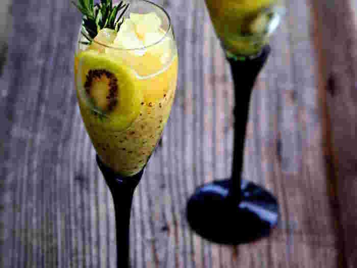 キウイとセロリにローズマリーとウイスキーが香るスムージー感覚のウイスキーカクテル。ほんのり甘く爽やかで、夏にぴったりです。