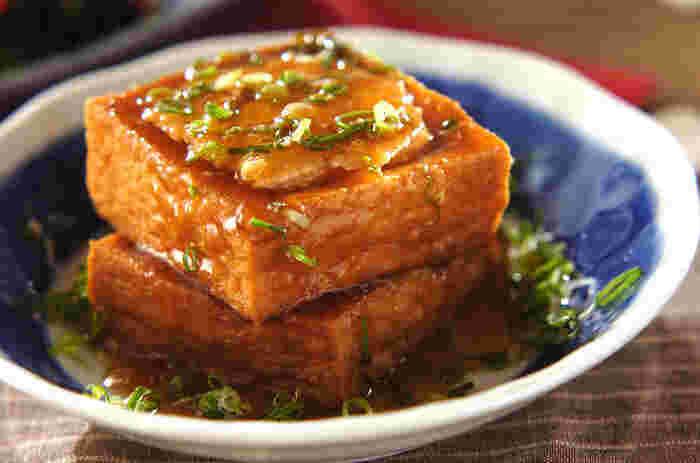 厚揚げのボリュームを活かして、鶏ひき肉を詰め込んだ一品。厚揚げをくり抜いて、しっかりと味付けしたタネを詰め込んで、煮汁に浸けて煮込んでいます。 味付けがしっかりしているので、お酒のおつまみとしてもおすすめです。