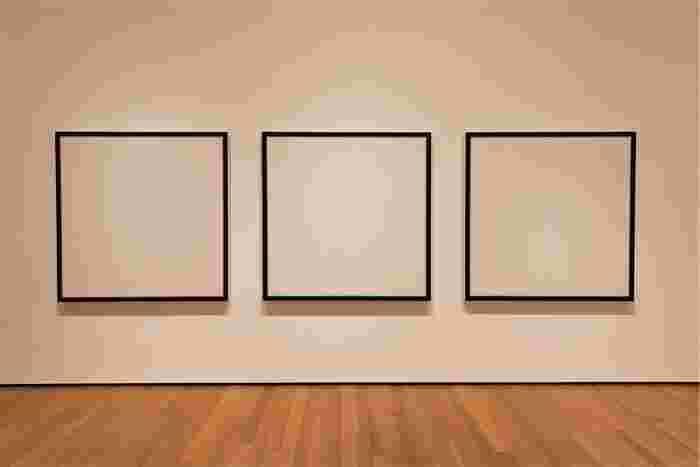 絵画の場合、額装されないで渡されることもあります。そんなときは、作品やお部屋の雰囲気にあった額装を自分で選んでみましょう。同じフレームでも色が違うだけで、作品の印象がまたちょっと変わりますよ。ギャラリーで額装してくれることもあるので、相談してみてくださいね。