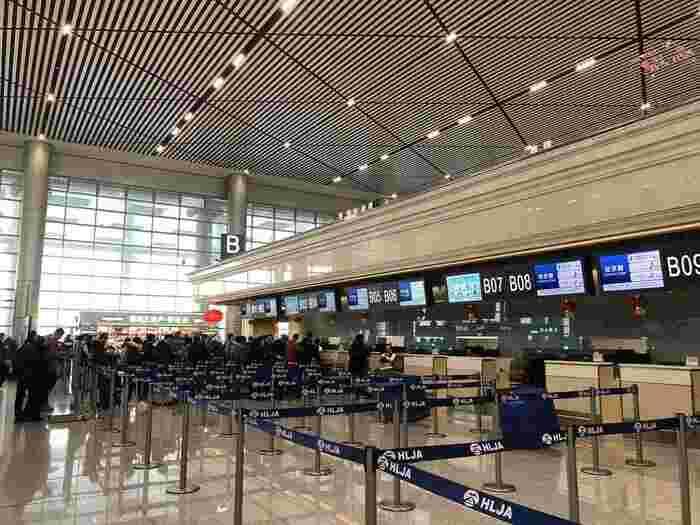 ハルビンに行く際に必ず頭に入れて行って欲しいのが、「日本語が通じない」ということです。ハルビンの公用語は中国語(主に普通話)。ですので日本語はもちろんのこと、英語を話せる人もほぼいないと考えた方がいいです。そのため、空港に着いて換金をするのもひと苦労。筆者が行った時は、スマホを海外利用できるようにしていたので、翻訳アプリでなんとか会話をしていました。簡単な中国語は覚えておくと、旅行の際によさそうですね。