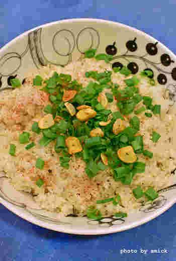 ホーロー鍋で炊き上げるガーリックライス。和風だしや塩麹を使った、優しい味わいです。どんどん食べ進んでしまうおいしさだとか。