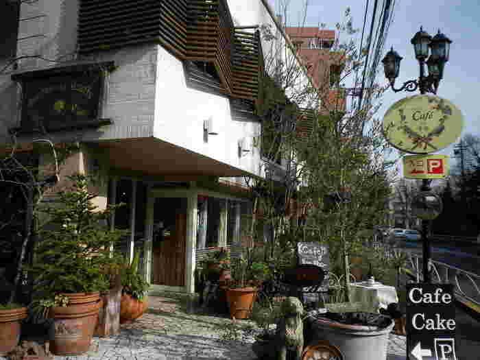 アンティーク家具や緑に囲まれた一軒屋カフェ・レストラン。テラス席も用意されています。