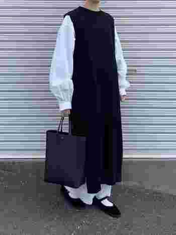 ゆったりロングニットワンピースのレイヤードスタイル。ふんわりとしたシャツやストラップシューズで女性らしい雰囲気に。春のモノトーンコーデは白の割合を増やすことで爽やかな印象がアップします。