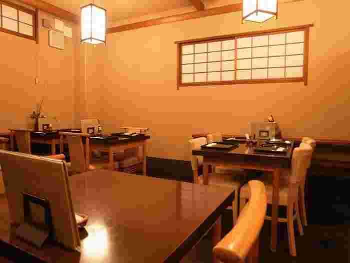 夏目漱石の小説にも登場する老舗の竹葉亭。 店内は日本ならではの趣や落ち着き、あたたかさが随所に感じられる造りとなっています。
