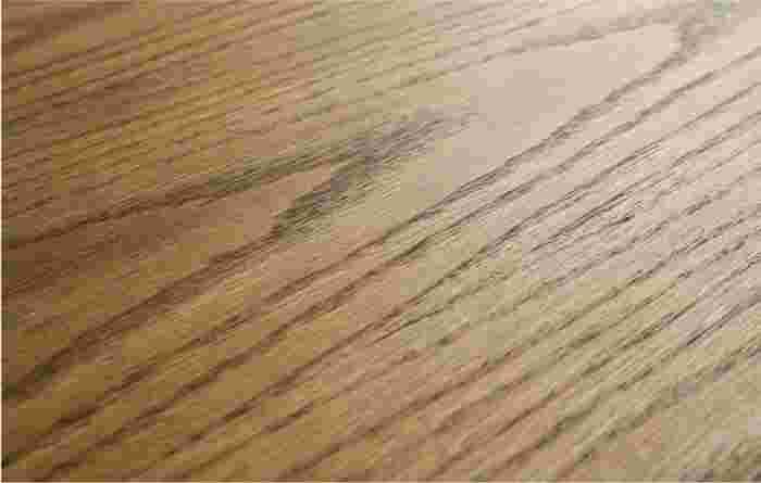 落ち着いた色味の木目も魅力の一つ。ラッカー塗装で水や汚れから守り、丈夫で長持ちしてくれます。
