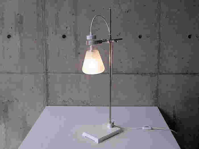 その名の通りフラスコをイメージして作られた間接照明「FLASK - table(フラスコ テーブル)」もまた、おしゃれなデザイン性がたまらないアイテム♪スマートな見た目と柔らかな光のアンバランス感が良いですよね♡