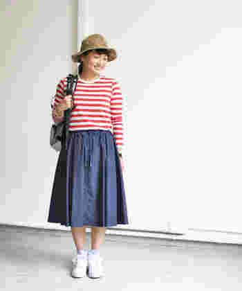 サイズ調節がしやすいドロストスカートは、アクティブに過ごしたい休日スタイルにうってつけ。ストリングの結び方によって印象が変わってきますよ♪