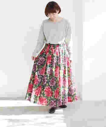 花柄初心者さんなら、まずは無地のトップスでシンプルに合わせてみて。一見インパクトのあるデザインも、女性らしくナチュラルに着こなすことができますよ。