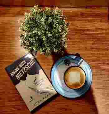 リラックスした読書時間を過ごすのに、ドリンクは大切なおとも。コーヒーを飲みながら本を読む人も多いのではないでしょうか。コーヒーに含まれるカフェインは一時的な脳の覚醒を導き、集中力をアップします。またコーヒーの香りはリラックスの効果があるとされますよ。