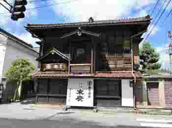 """福島県・会津の「末廣酒造」は、嘉永3年より日本酒を造り続ける老舗の蔵元です。辛口好きにはたまらない""""末廣""""を製造。趣のある酒蔵は、国の登録有形文化財に指定されています。"""