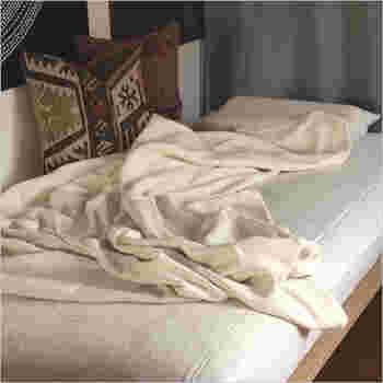 空気をたっぷり含んだ、伸縮性、吸水性、保温性に優れたやさしい肌触りの寝具「TWINE SHEET」。