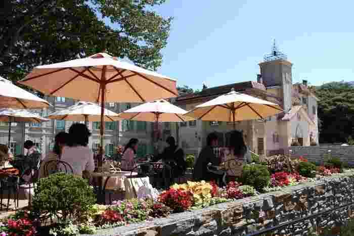 サン=テグジュペリの世界観に惹かれたのなら、作者ゆかりの地、仏・プロバンスの雰囲気そのままのレストラン「ル・プチ・ブランス」でランチやカフェを楽しんでみましょう。【9月下旬のテラス席】  ガーデンに面したテラス席では、緑や季節の花々が美しい庭園を眺めながら、「星の王子さま」の雰囲気そのままのカジュアルフレンチやスウィーツが頂けます。