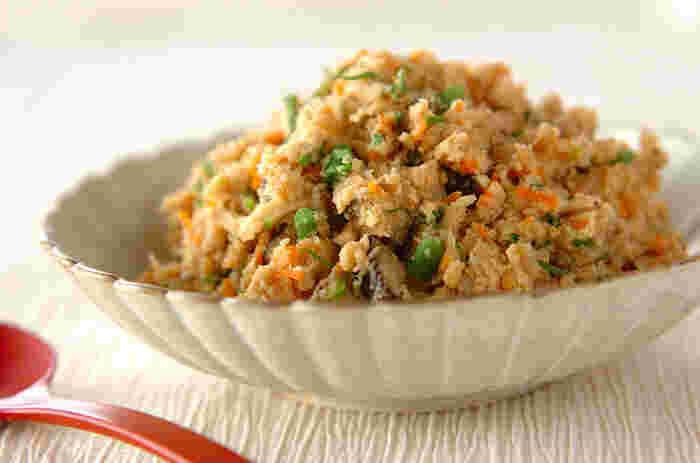 今や、おからに含まれる栄養素がお豆腐より豊富だということはよく知られていますね。「でもおからって、なんかパサパサして食べにくい?」と思っている方も多いのでは?パサつきを防ぐには、調理の際にサラダ油を少し多めに入れる、もしくは、下ごしらえとしておからをふんわりするまでしっかりと煎るのがコツです。おからのしっとり炊いたん、チャレンジしてみてくださいね。