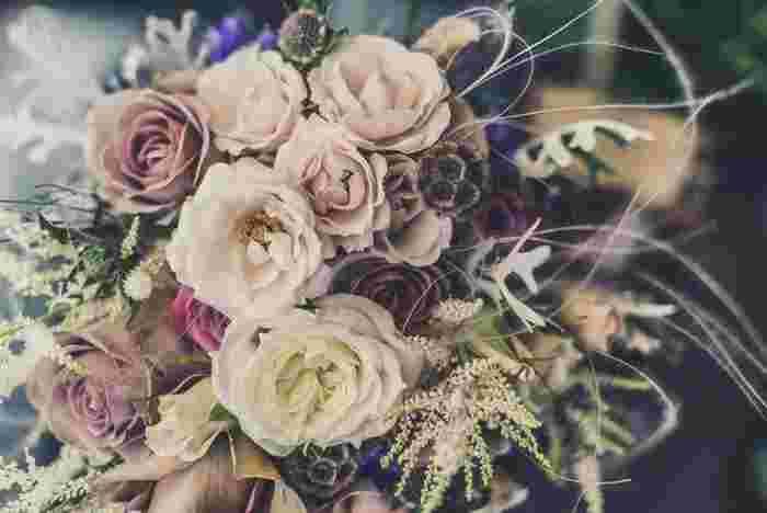 お花があるだけで空気が和やかになったり、気分が明るくなったり、心を落ち着かせてくれたりと、お花には人を幸せにするパワーが宿っている気がします。誕生日という特別な日だからこそ、素敵なブーケを自分に贈って、笑顔が輝く1日を過ごしましょう。