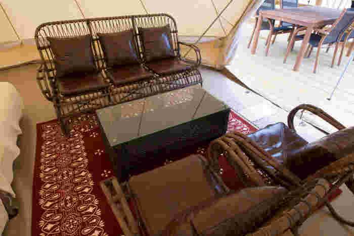 ラグの上には大きなソファとテーブルも用意されています。お茶を飲んだり、ゲームをしたり。大人はお酒をいただくのもいいですね。直に床に座るのではないので、冷たさも感じません。
