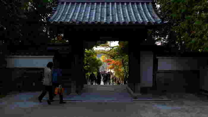銀閣寺の山門は、素朴で静かな佇まいをしています。瓦屋根の山門は、私たち日本人がどこか懐かしく感じる詫び寂びの風情と世界観が漂う銀閣寺への誘導口となっています。