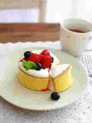 無調整豆乳を加えた冷めても美味しいふんわりパンケーキ。セルクルを使って分厚く焼いて、フルーツをトッピングすればカフェスイーツのように♪