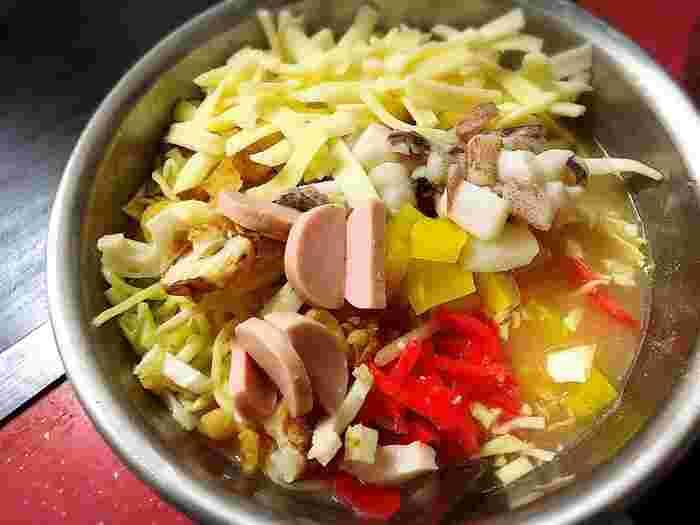 特製つくしもんじゃは、ちくわや魚肉ソーセージ、たくあん、生いか入りで、素朴な組み合わせが懐かしいと人気。もんじゃはお店の方に焼いてもらうこともできますよ。