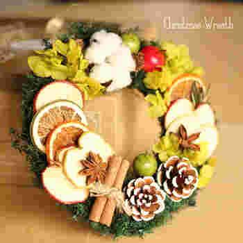 リンゴ、オレンジ、ライムなどのフルーツとスパイスを使ったクリスマスリースは、ほのかな香りも楽しめます。小さめリースは、ドアノブやちょっとしたお部屋の空間にも優しく馴染んでくれそうです。